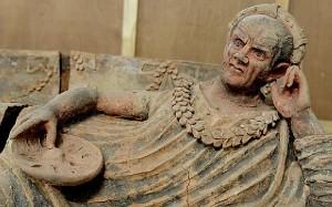 Reperti etruschi trafugati. Uno dei pezzi recuperati: un eccezionale sarcofago etrusco raffigurante un uomo disteso. © Ministère public genevois