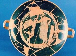 La kylix (coppa) attica a figure rosse, attribuita al celebre pittore ateniese Douris, in mostra a Prato