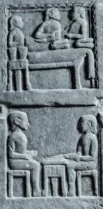 Una stele etrusca in pietra decorata a rilievo