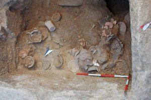 Vulci, necropoli di Poggetto Mengarelli. La tomba di guerriero n. 16 in corso di scavo. L'uomo venne deposto con un ricco corredo, dei quale, come si vede nella foto, facevano parte, oltre alle armi, numerosi vasi in ceramica. La sepoltura è databile tra la fine dell'VIII e gli inizi dei VII sec. a.C.